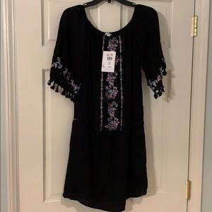Short black dress with lining and embroidery
